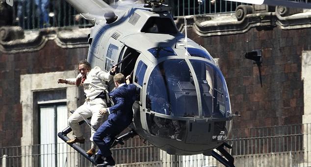 Spectren alkukohtauksessa käydään pitkästyttävä mittelö lentävän helikopterin kyydissä.